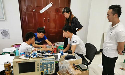 学工处领导慰问电子设计竞赛参赛选手