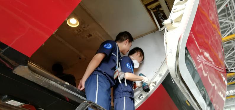 国航实习——安装货仓壁板.png